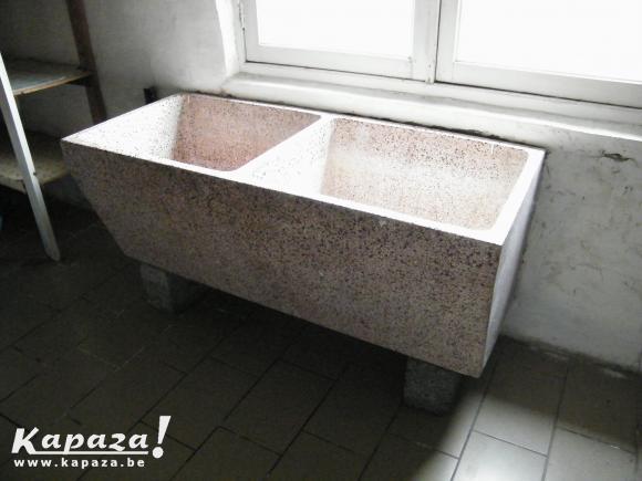 Antieken lavabo in gegoten marmer